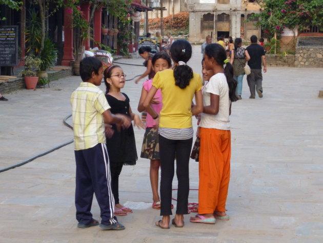Kinderen in bergdorp Bandipur doen een spelletje