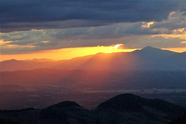 Ondergaande zon in de bergen.
