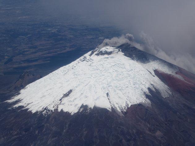 Rokende Cotopaxi vanuit het vliegtuig