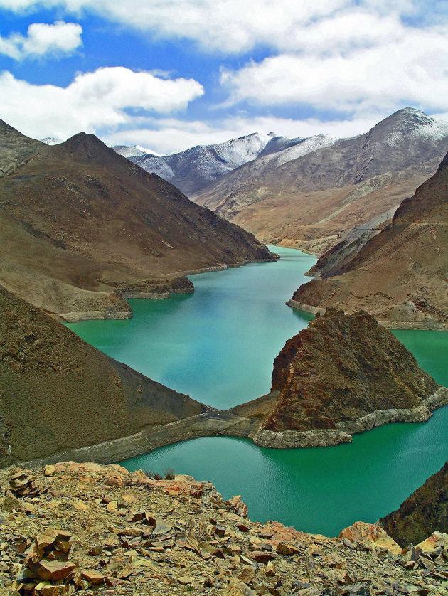 Het turquoise water van Yamdruk Tso