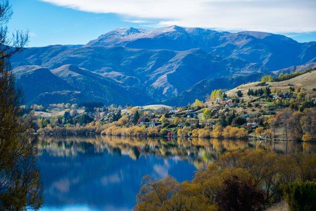 Herfstkleuren weerspiegelen in Lake Hayes, Nieuw Zeeland.