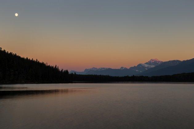 Zonsondergang boven Pyramid Lake in Jasper NP