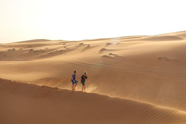 Magische zonsondergang in de woestijn