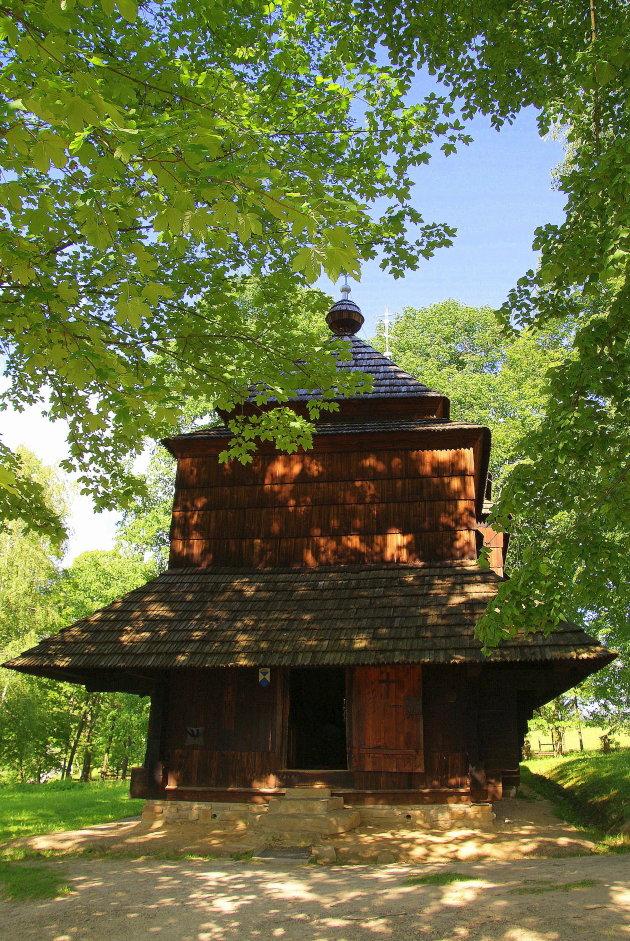 De Ingang van de kerk in Smolnik