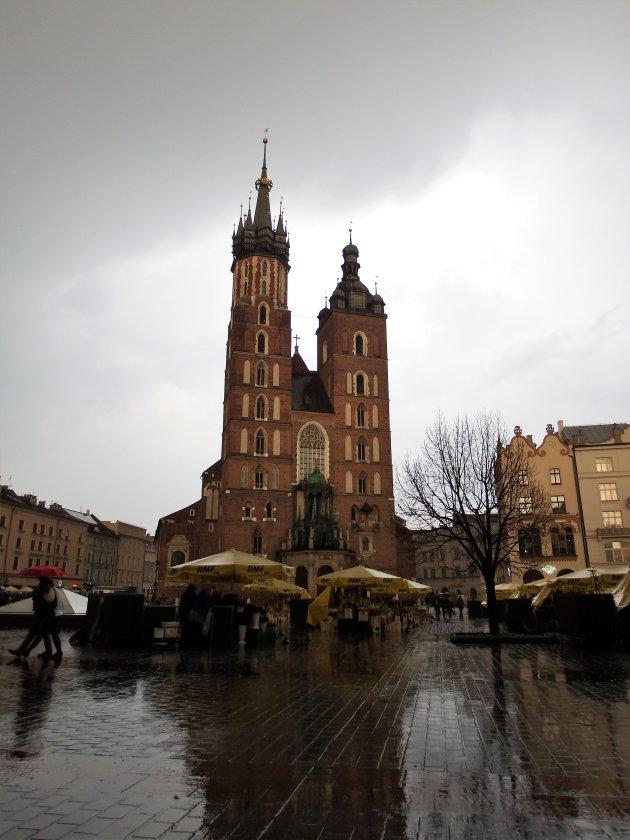 Krakau - Polen - zicht op de Mariakerk in regencape