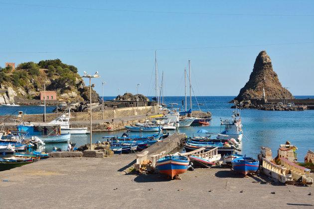 Het haventje van Aci Trezza