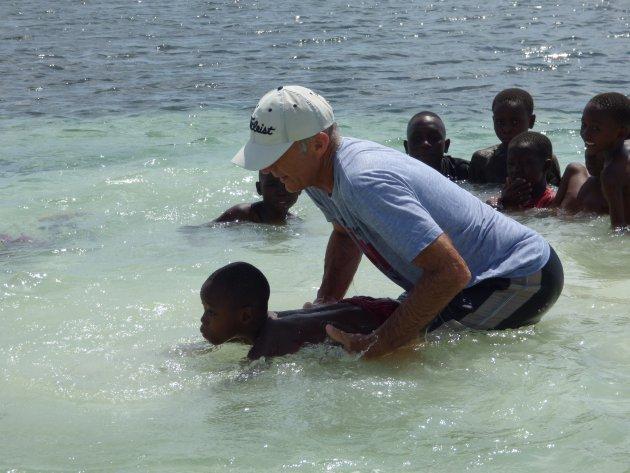 Leer lokale kinderen het hoofd boven water houden