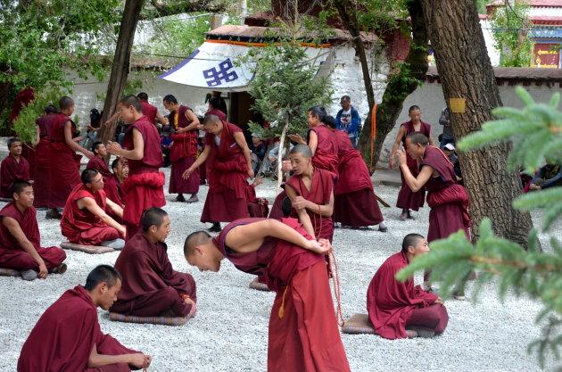 Debatterende monniken.