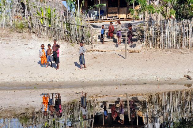 Op de oever van het Canal des Pangalanes