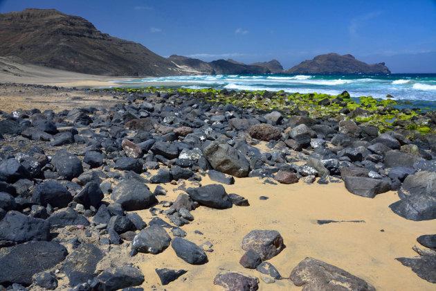 Lavastenen en zeewier langs de baai van Salamansa