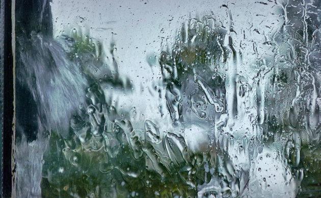 Regen zwiept tegen mijn raam