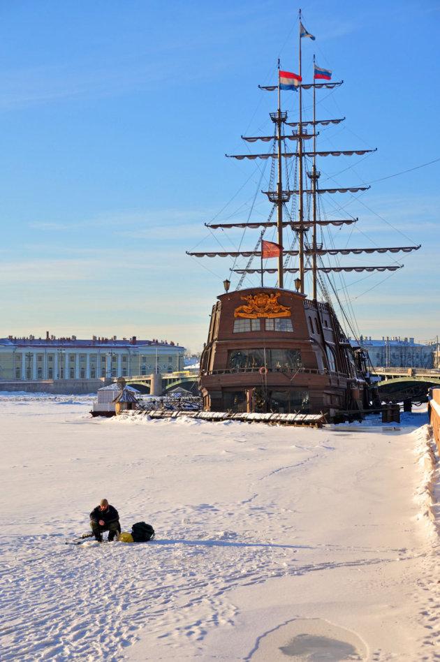Vissen in de bevroren Neva