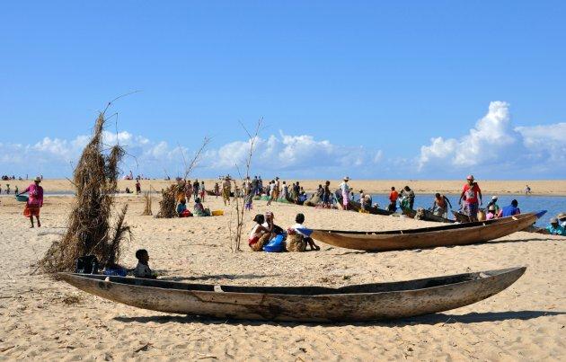 Een en al bedrijvigheid op het strand van Mananjary