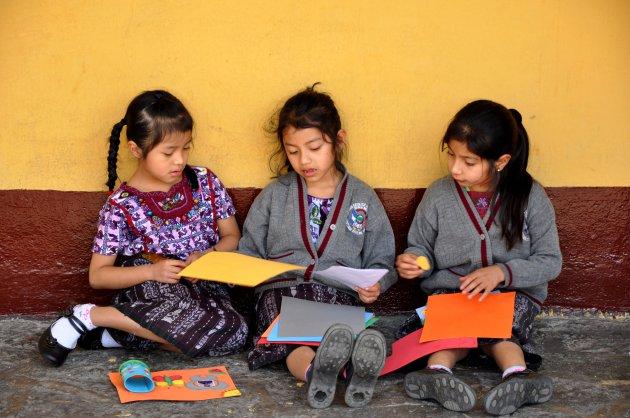 Op het schoolplein in Santiago Atitlan