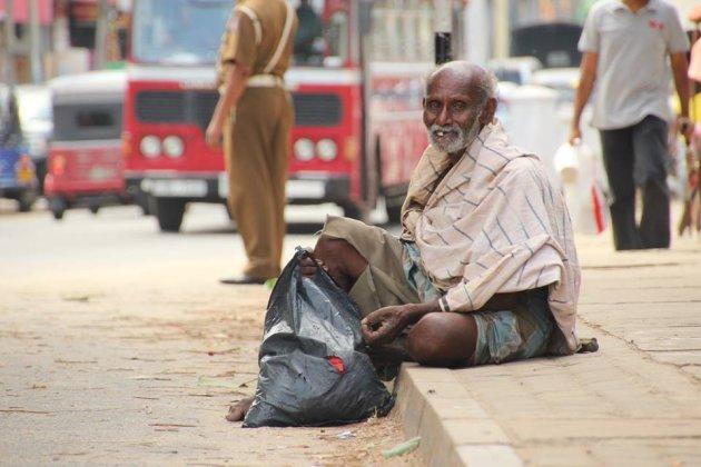 Sri lankaanse man op stoep