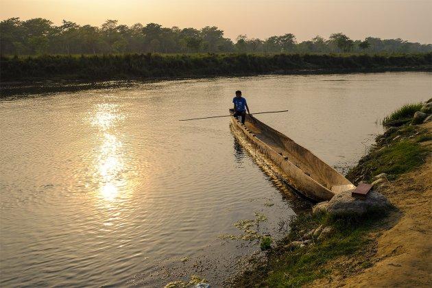 Boomstam kano wachtend op passagiers