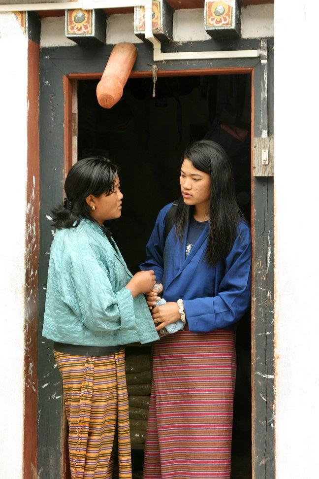 Jonge vrouwen in deuropening...