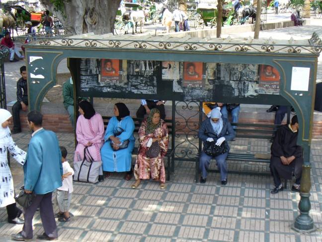 wachtende mensen bij een bushalte
