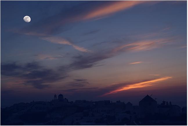 Oia bij zonsondergang