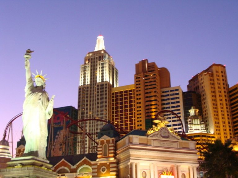 Hotel New York compleet met vrijheidsbeeld en rollercoaster door