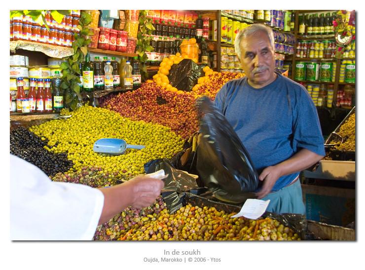 In de overdekte soukh (markt) komen de kleuren en geuren je tegemoet.