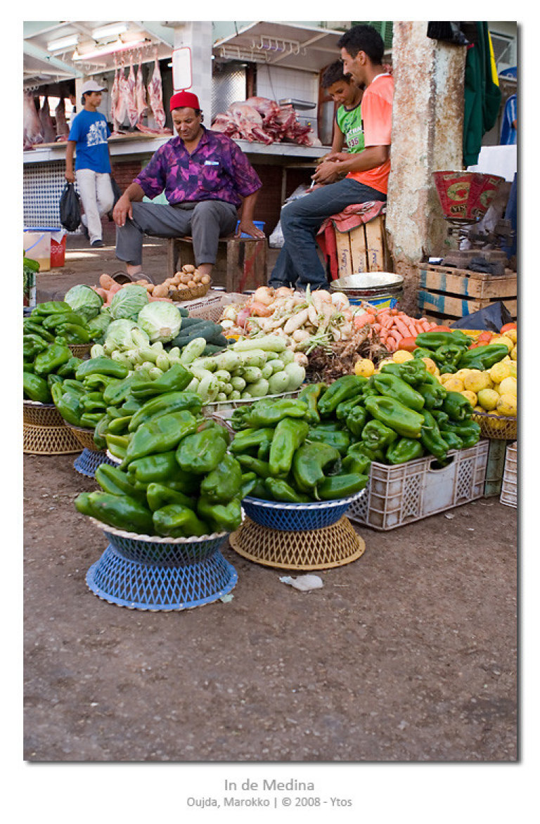 De medina bestaat uit een keur van kraampjes en standplaatsen. Hier een boer die z'n paprika's te koop aanbiedt. Eerst even proeven, want ze kunnen scherp zijn.
