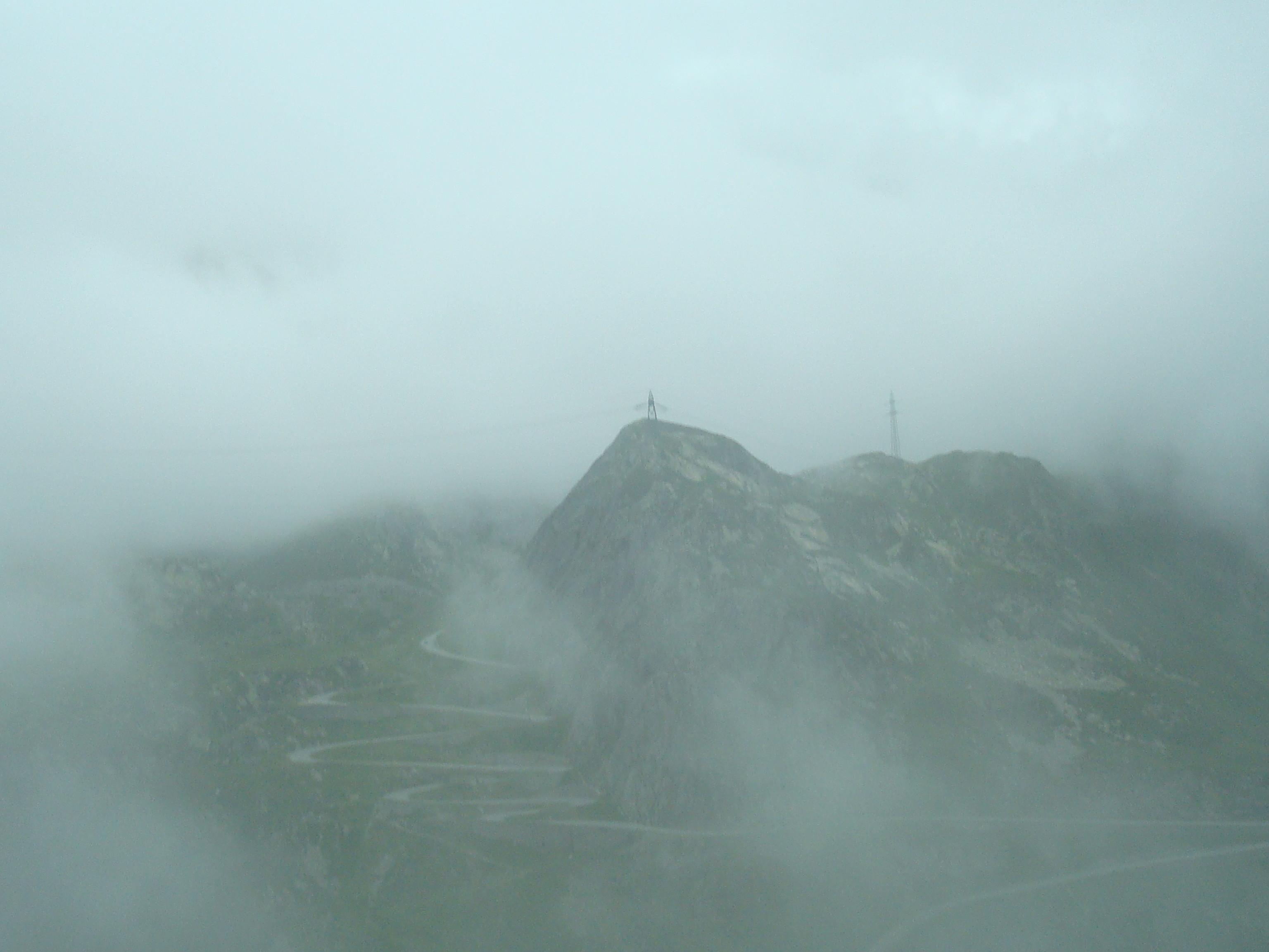 Dit is een berg in Zwitserland tussen de mist