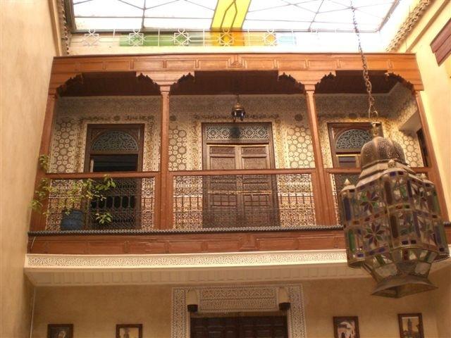 De galerij in `ons`Riad met zijn prachtige mozaiektegels en hout