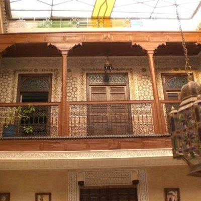 Voorvertoning De galerij in `ons`Riad met zijn prachtige mozaiektegels en hout