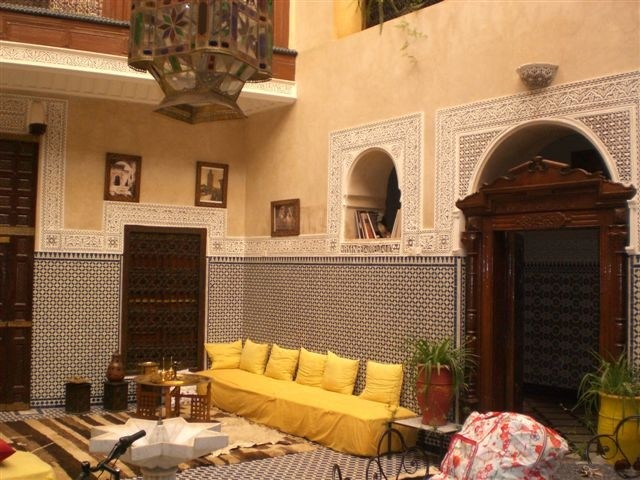 De patio met marokkaanse banken.