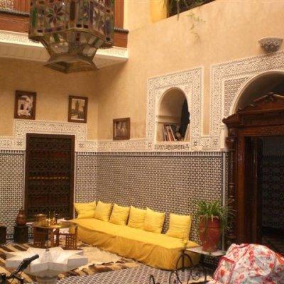 Voorvertoning De patio met marokkaanse banken.