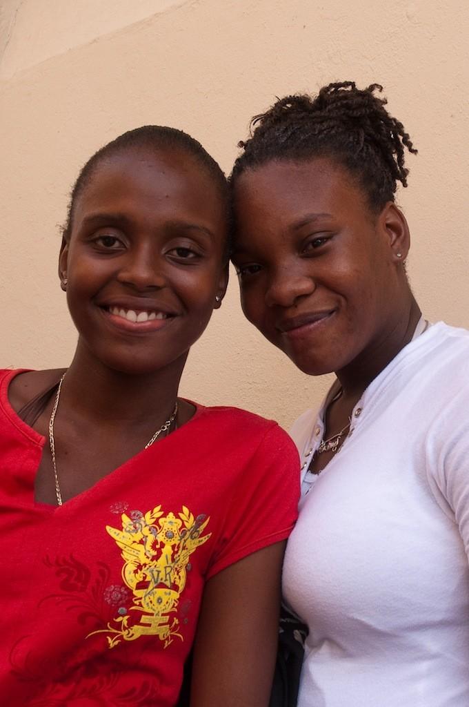 Twee Caribische jongedames in Philipsburg, de hoofdstad van de N