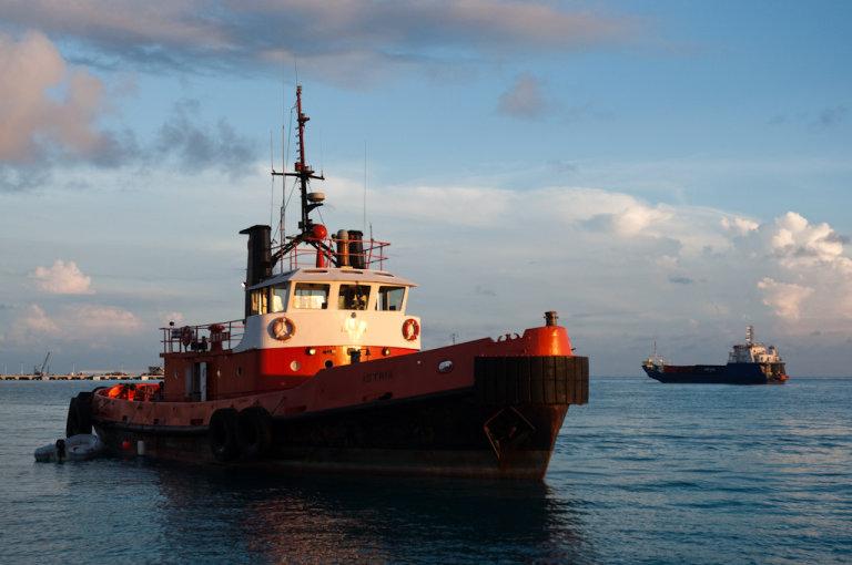 Schip in de buurt van de haven, St Maarten