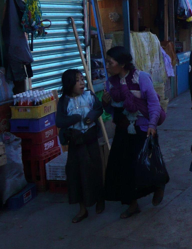 De indiaanse vrouwen dragen traditionele kleding en ze zijn  klein. De oudere vrouw op de foto is ca 140 cm