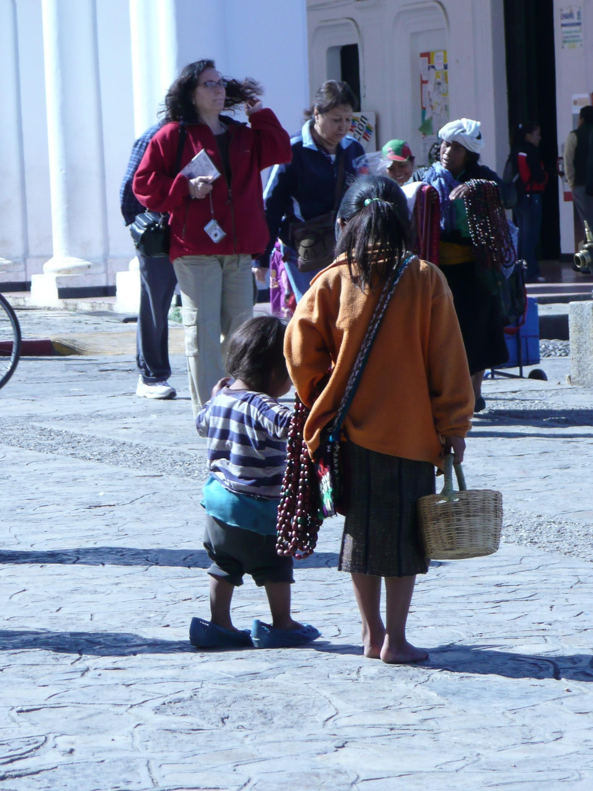 De indiaans kinderen hebben ook geen makkelijke jeugd. Deze twee moesten met elkaar vermaken terwijl hun moeder zelfgemaakte kettingen aan de touristen probeerde te verkopen.