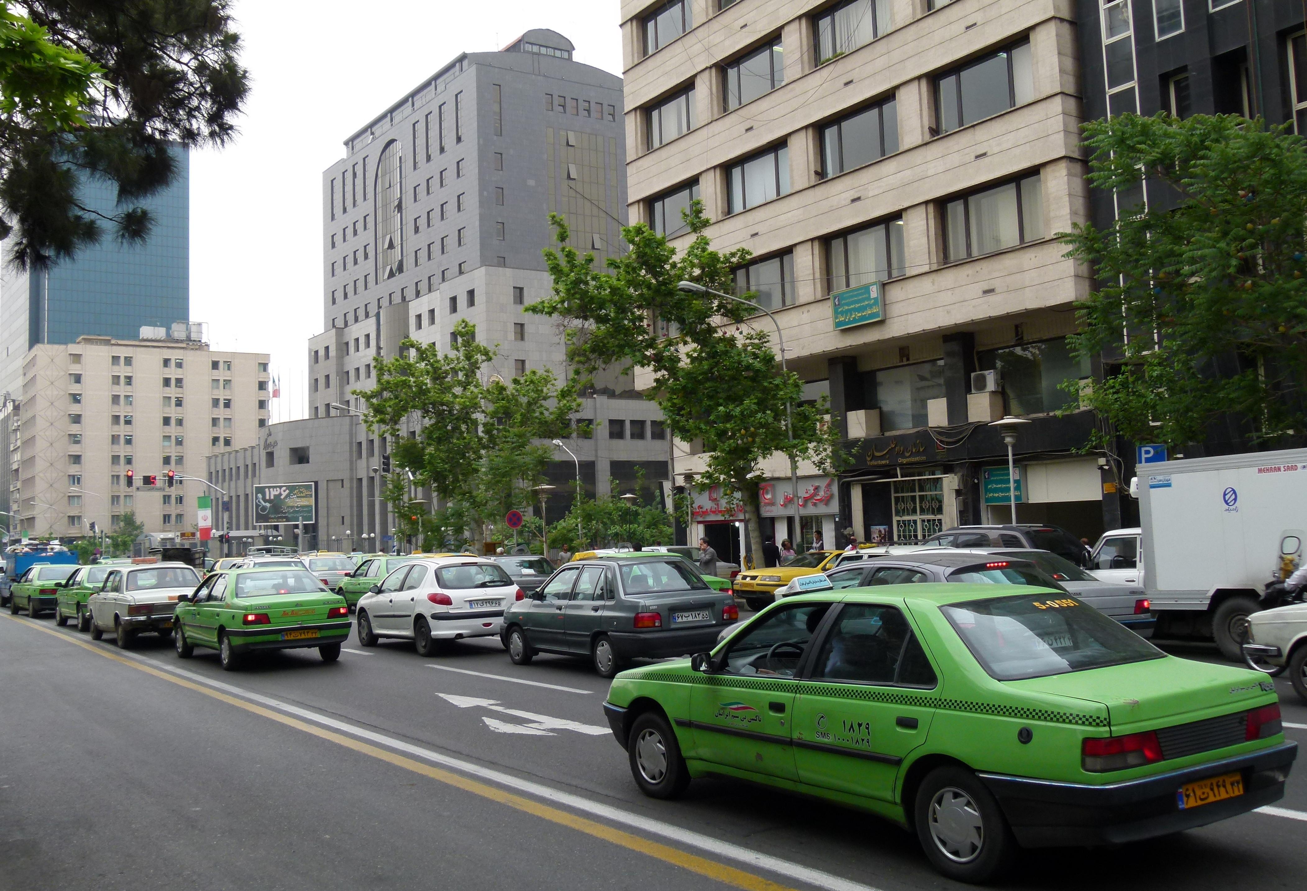 Straatbeeld in omgeving voormalige Amerikaanse ambassade (Taleqani Ave Teheran)
