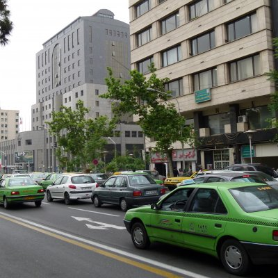 Voorvertoning Straatbeeld in omgeving voormalige Amerikaanse ambassade (Taleqani Ave Teheran)