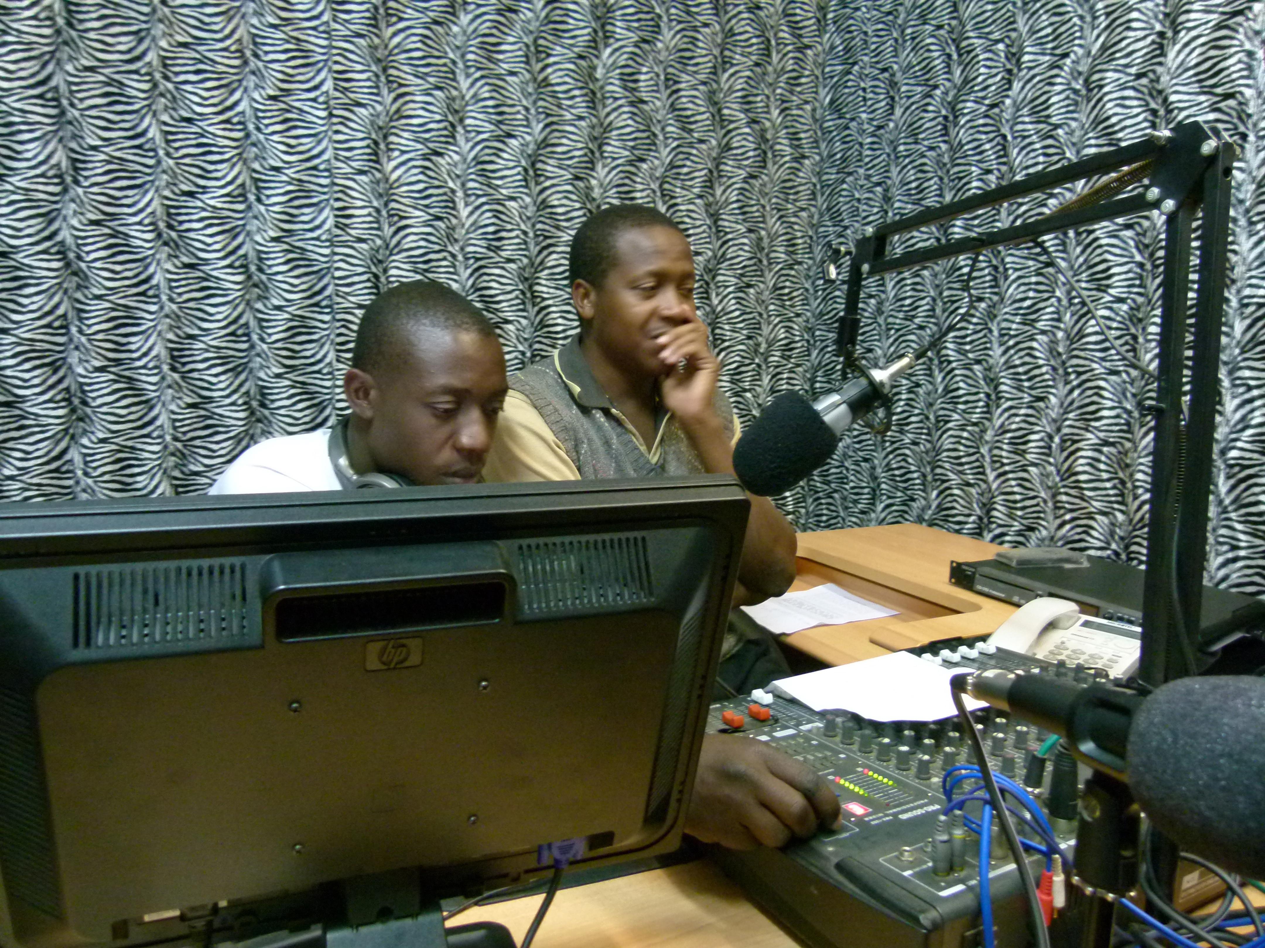 Zanger George da Soulchild links en de discjockey/interviewer Milli Jam rechts in de studio van Zambezi FM Radio