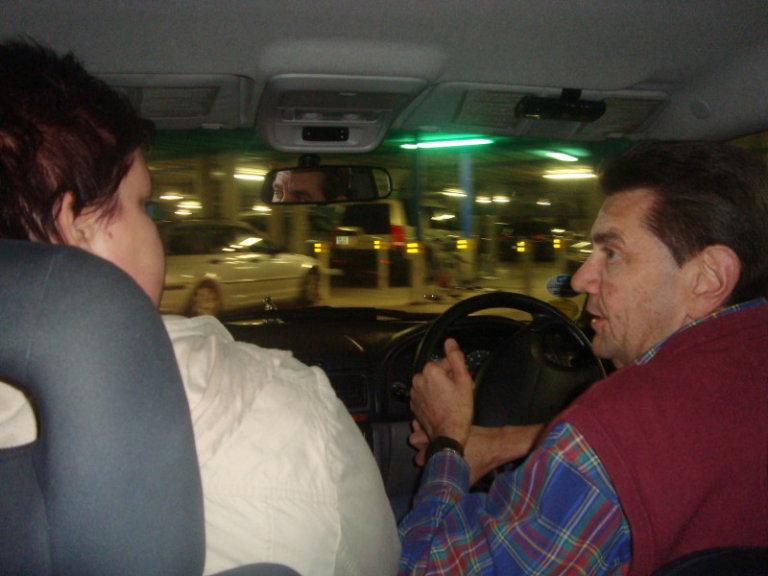 in gesprek met de chauffeur