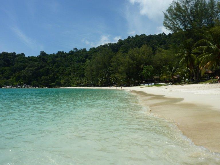 Het mooiste strand van de Perhentians, liggend voor Perhentian Island resort: rustig, fijn spierwit zand en