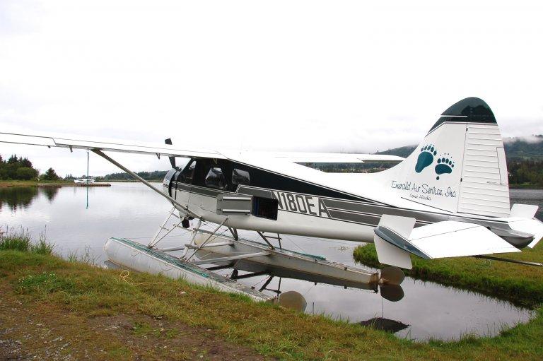 Watervliegtuig van Emerald Air waar je met maximaal 7 passagiers in 1 uur vliegt naar Katmai NP.
