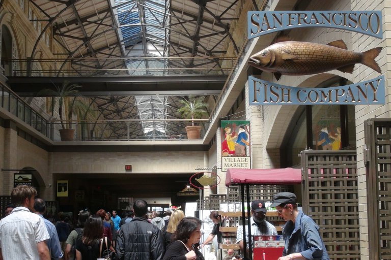 De binnenkant van Ferry Building waar allemaal gezellige winkeltjes zijn waar je allerlei lekker dingen kan kopen.
