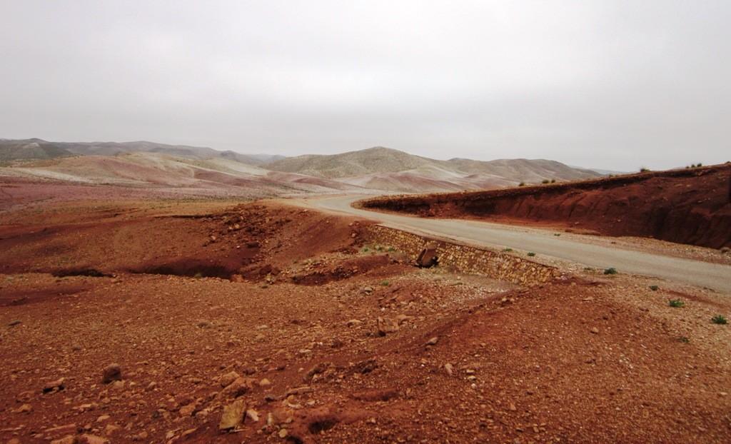 Lage en kleurrijke bergen aan het begin van de wandelroute