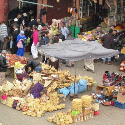 Voorvertoning Beeld van de markt op één van de pleintjes van Marrakech.