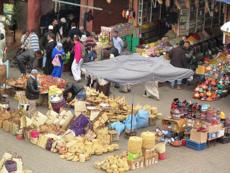Beeld van de markt op één van de pleintjes van Marrakech.
