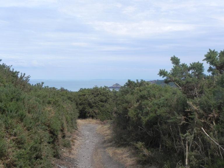 Een prachtige wandeling over bergachtig rotsgebied met steeds doorkijkjes of mooi uitzicht op zee