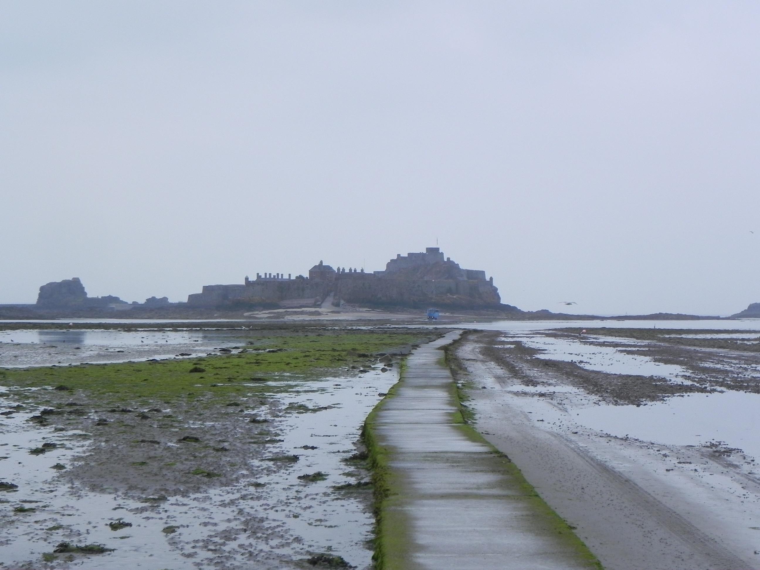 Bij beginnende eb kun je bij St. Helier naar het Elizabeth Castle lopen en terug, maar wel goed op de getijden letten, want als eenmaal de vloed opkomt gaat dit supersnel en is er gelukkig een amfibievoertuig pendelbusje beschikbaar.Zie http://nl.wikipedia.org/wiki/Elizabeth_Castle