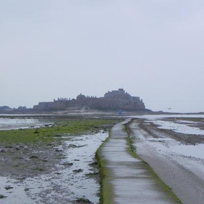 Voorvertoning Bij beginnende eb kun je bij St. Helier naar het Elizabeth Castle lopen en terug, maar wel goed op de getijden letten, want als eenmaal de vloed opkomt gaat dit supersnel en is er gelukkig een amfibievoertuig pendelbusje beschikbaar.Zie http://nl.wikipedia.org/wiki/Elizabeth_Castle