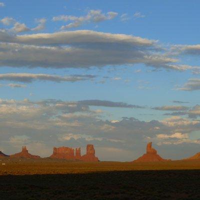 Voorvertoning De zon gaat onder tussen de bergen van Monument Valley....