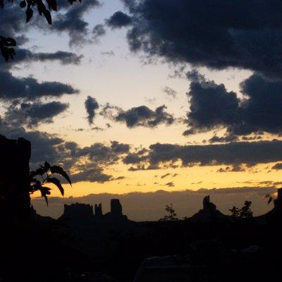 Voorvertoning Langzaam verdwijnen de bergen van Monument valley in het avondschemer....
